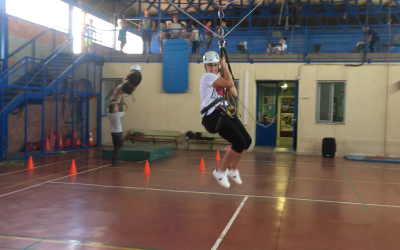 Actividades deportivas propias de la naturaleza en el IES El Alquián (Tirolina, rápel, paso de manos, columpio y arco).